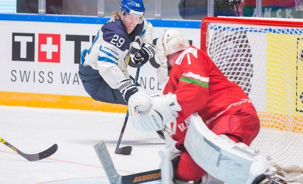 Patrik Laine kiusasi Valko-Venäjän maalivahtia Vitali Kovalia kevään MM-kisojen avausottelussa.