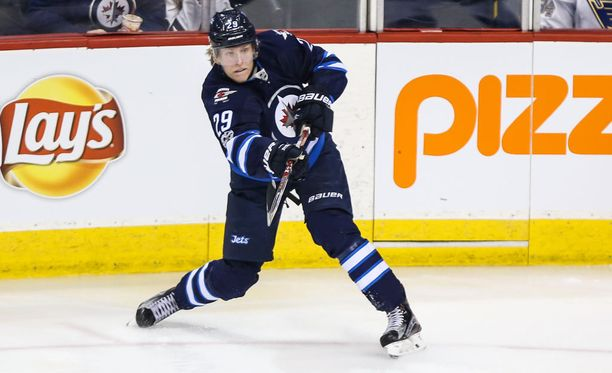 Winnipeg Jetsin Patrik Laine pesee Toronto Maple Leafsin Auston Matthewsin lähes kaikissa tilastoissa.