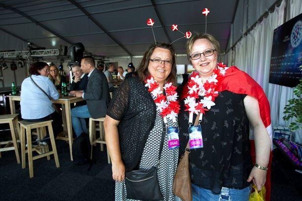 Tanskalaiset Gitte Vangsgaard ja Bitte Vad seurasivat Kristan fanitapaamista. Naiset olivat itse askarrelleet maansa värejä kannattavat kostyyminsa.