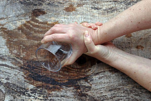 Essentiaalista vapinaa voi olla monen asteista. Joskus käsi saattaa vapista niin pahasti, että juominen on hankalaa.