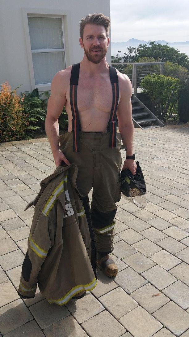 Bachelor-Joni pukeutuu palomieheksi.