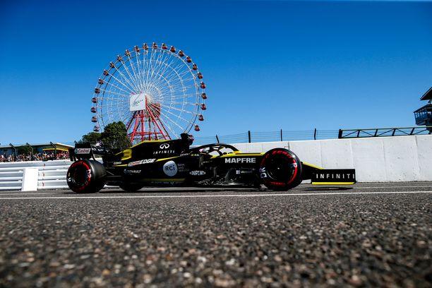 Kuvassa Renaultin Daniel Ricciardo, joka sijoittui alun perin Japanin Suzukassa kuudenneksi. Japanin GP ajettiin puolitoista viikkoa sitten.
