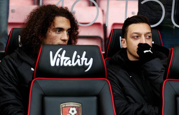 Matteo Guendouzi ja Mesut Özil ovat ilokaasukohun keskiössä.