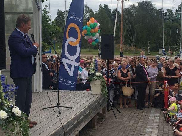 """Presidentti Niinistö huudatti yleisöä toteamalla, että """"Suomalaiset ovat viidenneksi onnellisin kansa. Onko täällä onnellista kansaa?"""" Yleisö vastasi: """"Joo!"""""""