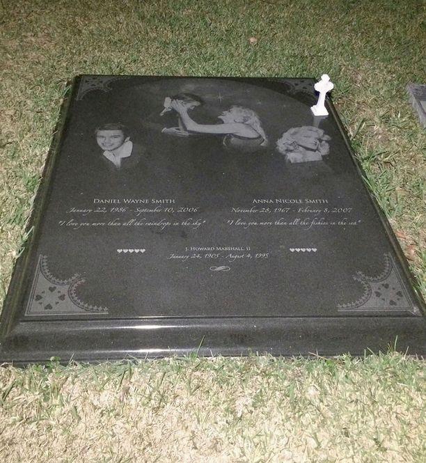 Anna Nicole Smith on haudattu Daniel-poikansa kanssa Bahamalle. Hautakiveä koristavat molempien kuvat sekä mietelauseet.