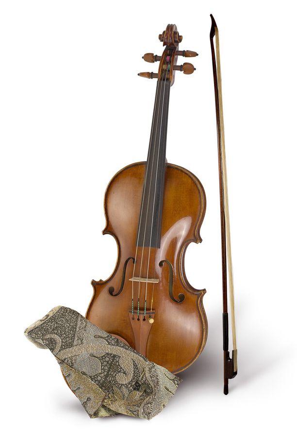 Crowe käytti vuoden 1890 Leandro Bisiachin viulua Master and Commander - maailman laidalla -elokuvan kuvauksissa.