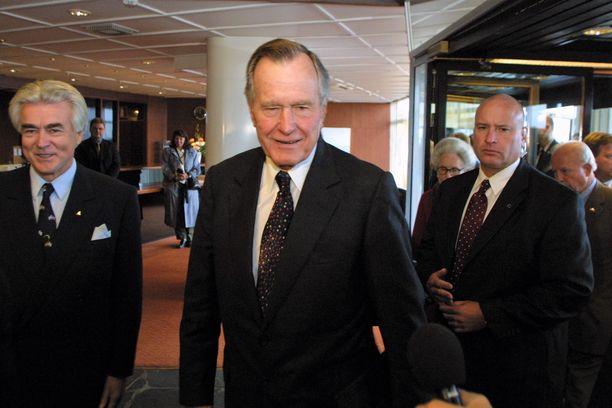 Yhdysvaltain entinen presidentti George H.W. Bush huokui käskemään tottuneen miehen karismaa kohdatessaan suomalaisen lehdistön syksyllä 2002. Vasemmalla vuorineuvos Matti Sundberg.