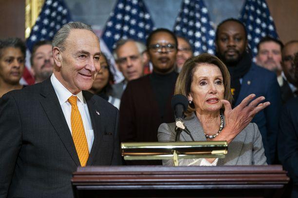 Demokraattien senaattijohtaja Chuck Schumer ja edustajainhuoneen puhemies Nancy Pelosi vaativat oikeusministeriötä julkaisemaan nopeasti Muellerin Venäjä-tutkinnan kokonaan.