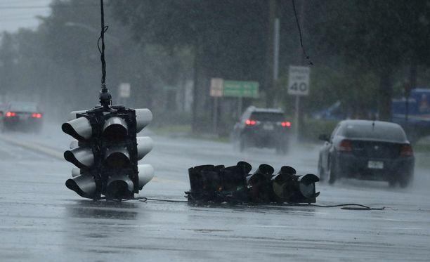 Hurrikaani pudotti liikennevalot Jacksonvillessä.