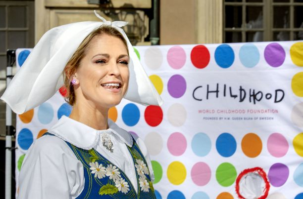 Prinsessa Madeleine signeerasi uutta kirjaansa Ruotsin kansallispäivänä.