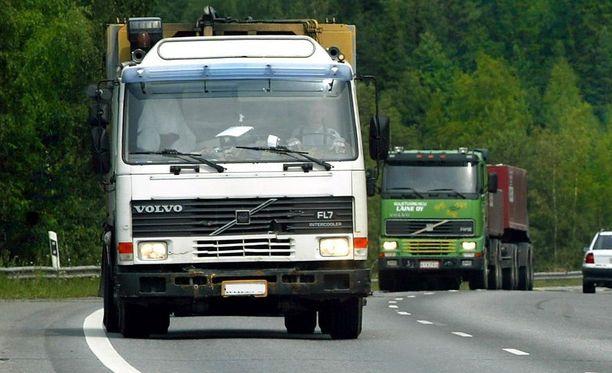 Syytetty ajoi kuvan etummaisen auton kaltaista Volvon FL-sarjan kuorma-autoa. Kuorma-autoksi FL-sarjan autot ovat kevyitä, mutta silti ne ovat kymmenisen kertaa tyypillistä henkilöautoa raskaampia. Kuvituskuva.