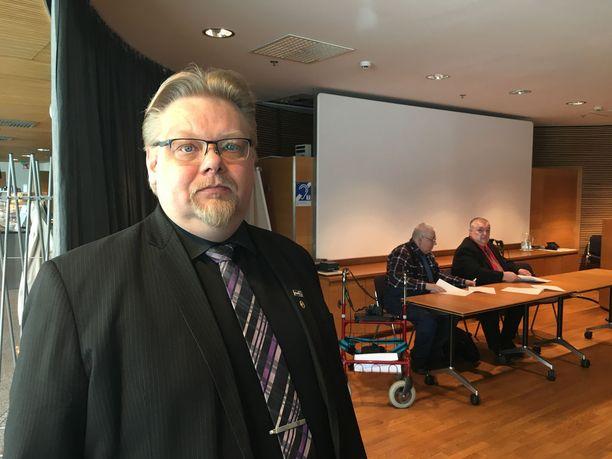 Jari Ronkainen jätti viime lokakuussa aloitteen vakuutuslääkärijärjestelmän muuttamiseksi. Ronkaisen mukaan vakuutusyhtiöiden ja niiden käyttämien asiantuntijalääkäreiden mahdollisuus kiistää hoitavan lääkärin diagnoosi potilasta näkemättä haastaa kansalaisten oikeustajua.