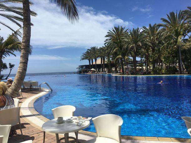 Lopesan Costa Meloneras -hotellin upea uima-allas houkuttaa pulahtamaan.