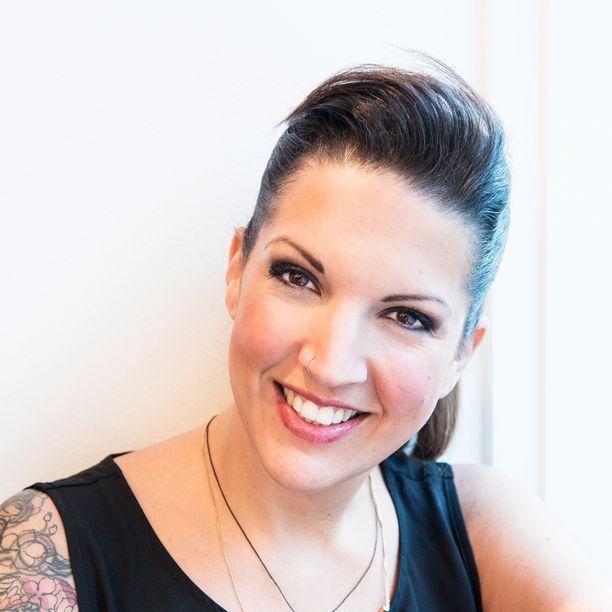 Leah Freeman matkustaa maailmalla kouluttamassa kampaajia.