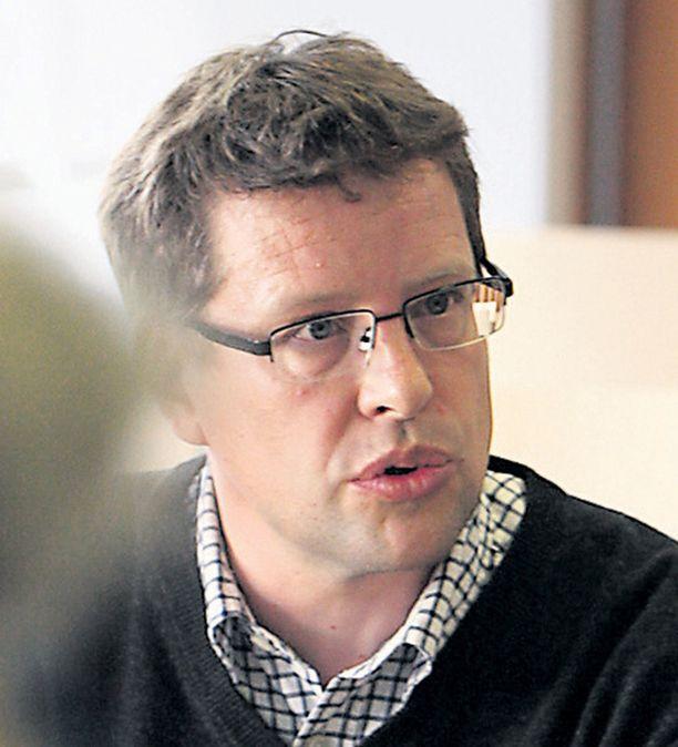 Infektioylilääkäri Juha Salonen vastasi Iltalehden lukijoiden kysymyksiin.