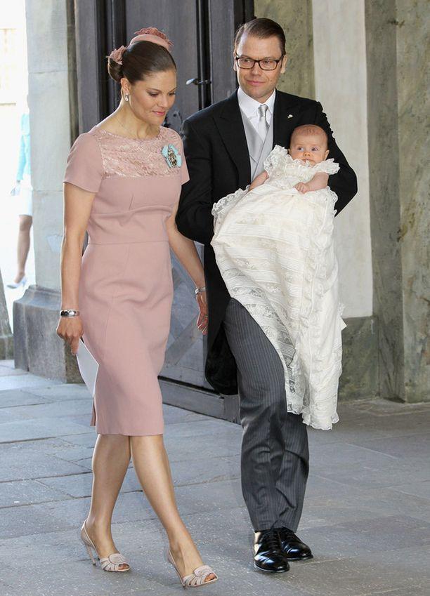 Prinsessa Victoria pukeutui puuteriin kotelomekkoon.