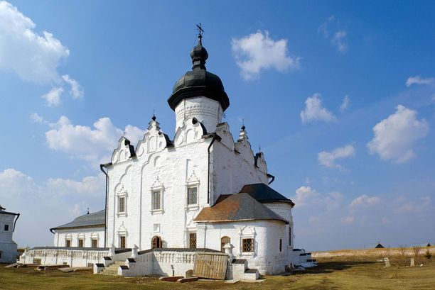 Sviyazhskin saari sijaitsee Venäjän Tatarstanissa keskellä Volga-jokea. Kuvassa saarella sijaitseva luostari ja katedraali. Saaren linnoituksen perusti tsaari Iivana Julma.