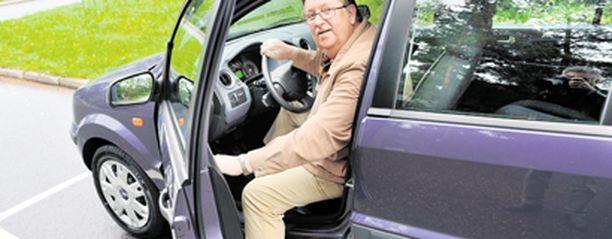 TYYTYVÄINEN. Martti Talme valitsi Ford Fusionin hinnan ja tilojen perusteella. – Harrastan golfia ja tähän mailat mahtuvat hyvin, hän kehuu.
