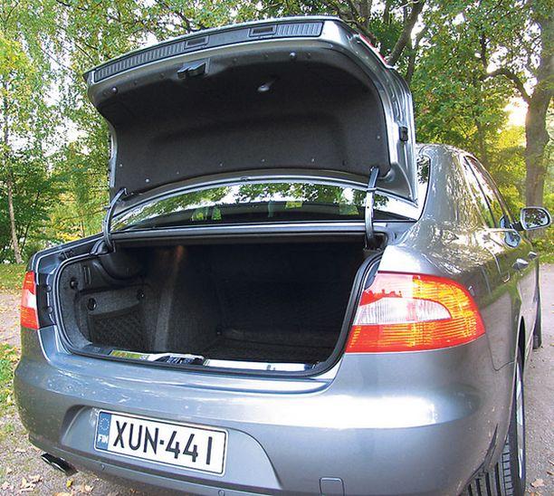 OVELA LUUKKU Takaluukku avautuu joko hatchbackin tapaan isosti katon reunasta asti tai sedanin tapaan pienesti.