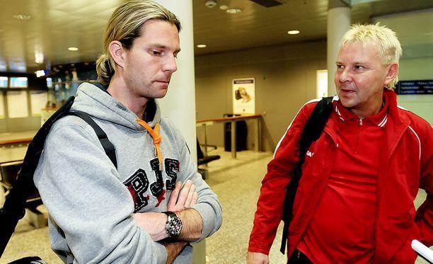 Janne Ahonen ja Matti Nykänen vuonna 2009, kun kaksikko palasi Suomeen Pelkokerroin-ohjelman kuvauksista.