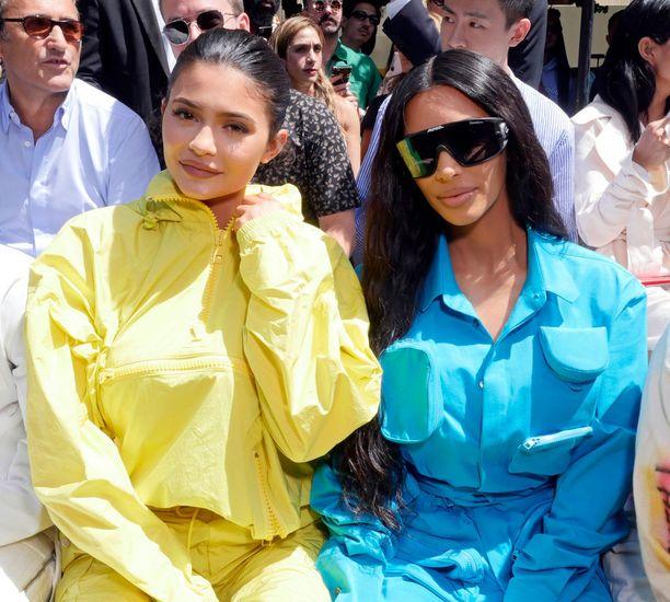 Kim Kardashian istui muotinäytöksessä tänä vuonna sisarensa Kylie Jennerin vieressä, ja piti matalaa profiilia.
