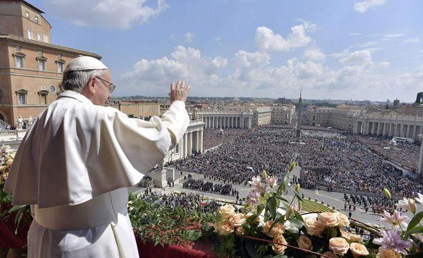 Paavi puhui Roomassa isolle väkijoukolle.