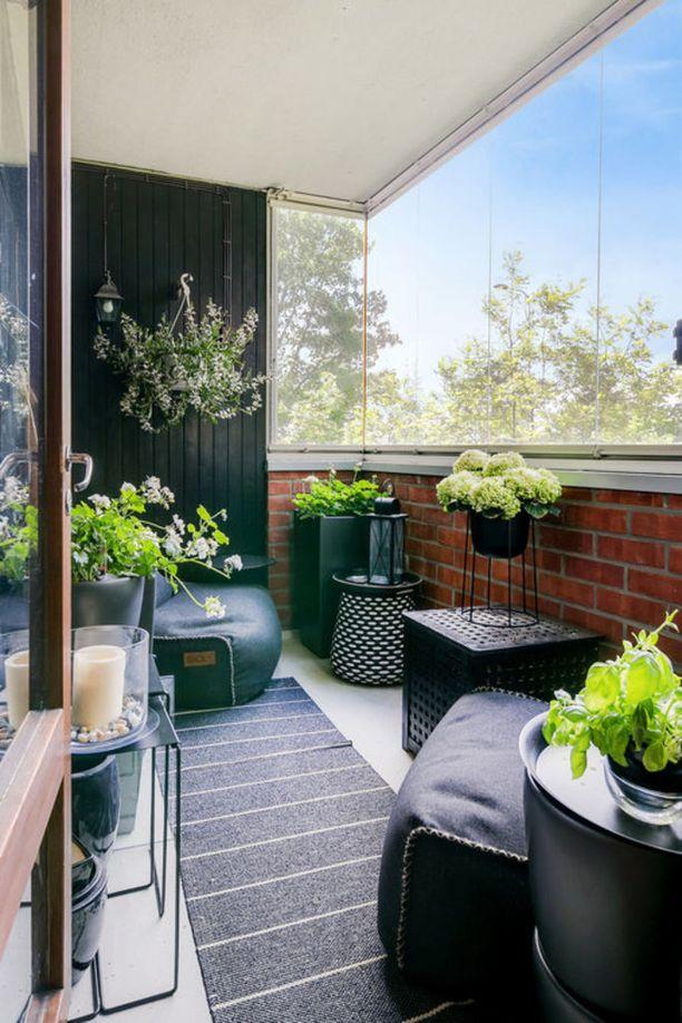 Kukkien ja viherkasvien asettelussa vain mielikuvitus on rajana. Huomaa, että myös tälle parvekkeelle on valittu säkkituolit.