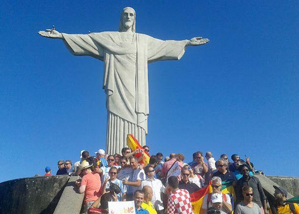 Kristus-patsaan juurella parveili suuri määrä eri maiden faneja.
