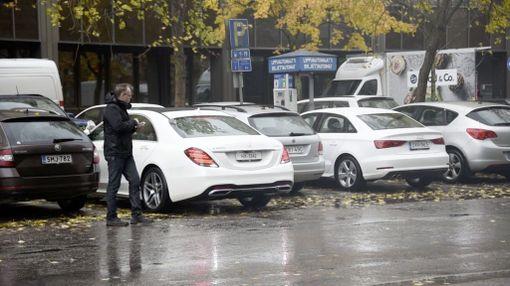 Kuski seisoo vieressä, ja auto huristelee parkkiin itsestään.