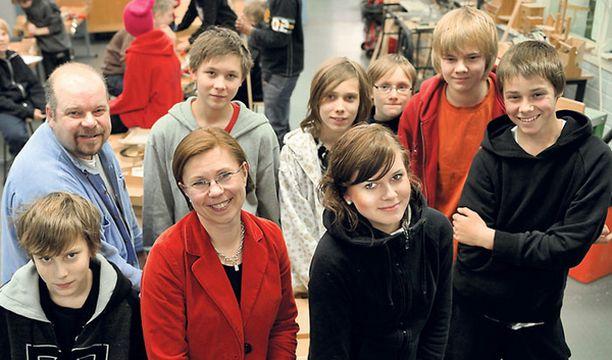 Martinlaakson koulun seitsemäsluokkalaiset intoutuivat ryhmäkuvaan kesken teknisten töiden oppitunnin.