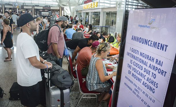Monet matkailijat ovat odottaneet Indonesian Balilla tietoa siitä, milloin heidän lentonsa pääsee lähtemään. Balin lentokenttä jouduttiin sulkemaan muutamaksi päiväksi tulivuoren aiheuttaman tuhkapilven vuoksi.