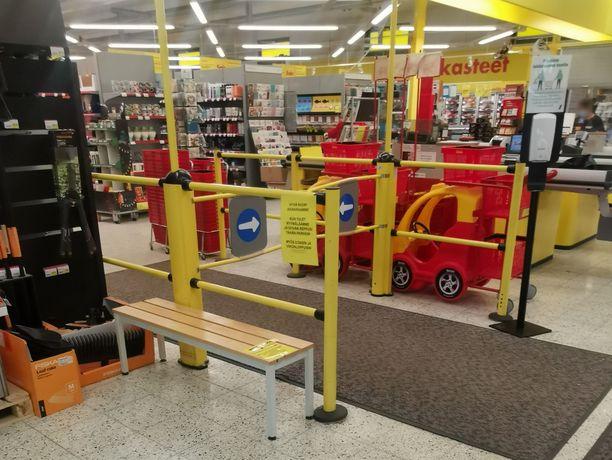 Sale kehottaa nuoria asiakkaita jättämään reput ja laukut myymälän ulkopuolelle.