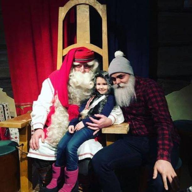 Kia pääsi Rovaniemellä joulupukin syliin. Vieressä matkan mahdollistanut hyväntekijä Brother Christmas.