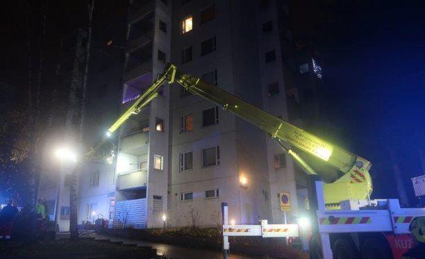 Pelastuslaitos Järvenpään Haltiapolulla torstain ja perjantain välisenä yönä.