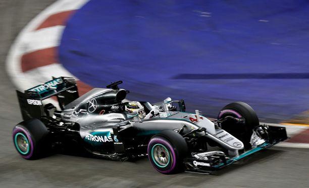 Lewis Hamilton nousi kolmoseksi, kun Kimi Räikkönen kävi varikolla.