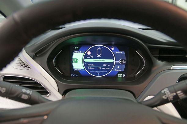 Sähköauton mittaristo poikkeaa tässä näkymässä perusautosta.