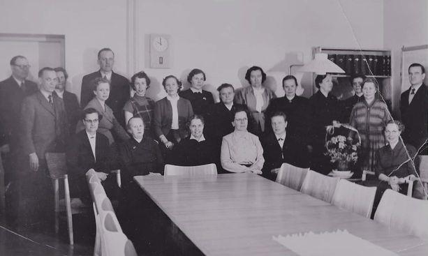 Hämeenlinnan tyttölyseon opettajia lukuvuonna 1955–56. Aili Puranen on kukkapuskan takana raidallisessa mekossa.