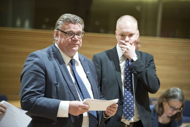 Ulkoministeri Timo Soinin (vas.) poliittisella valtiosihteerillä Samuli Virtasella (oik.) on yli 77 000 euron arvoinen osakesalkku. Salkusta löytyy muun muassa Fortumia, Outokumpua, Stora Ensoa ja Teliaa.