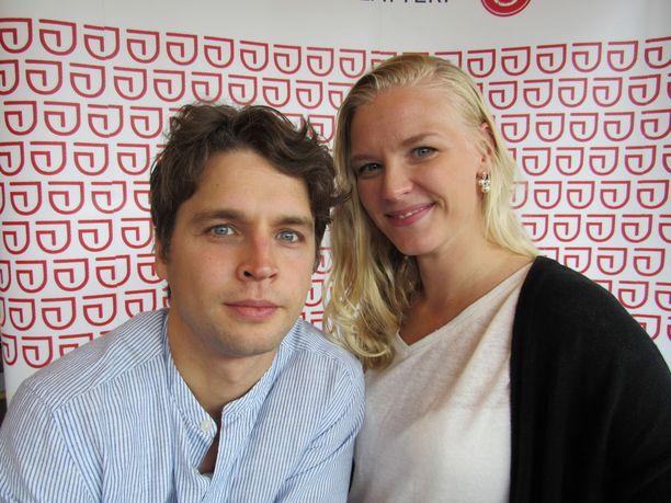 Maija ja Antti Lang menivät juhannuksena Haapsalossa naimisiin ja Maijaa nähdään Maarit Tyrkön roolissa Presidentti ja tyttö - näytelmässä.
