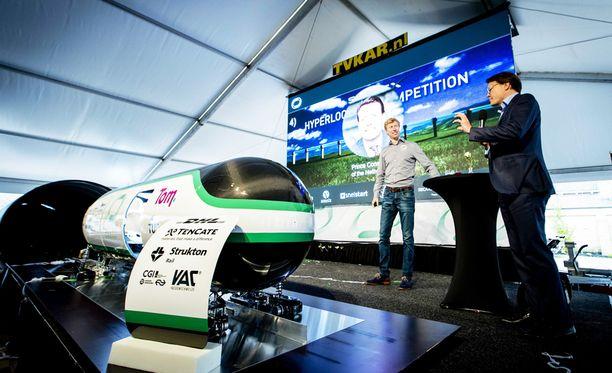 Hyperloop-kapseli esittelyssä Alankomaissa.