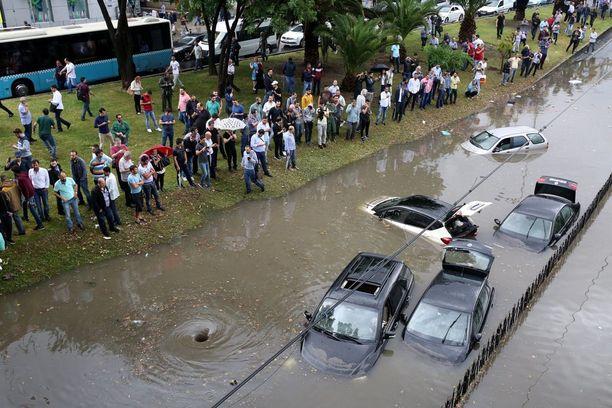 Istanbulissa satoi monen kuukauden sateet muutamassa tunnissa.