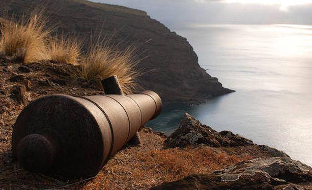 Saaren kuuluisin asukas oli Napoleon Bonaparte, joka karkoitettiin Saint Helenalle. Häntä vartioi 2 000 sotilasta.