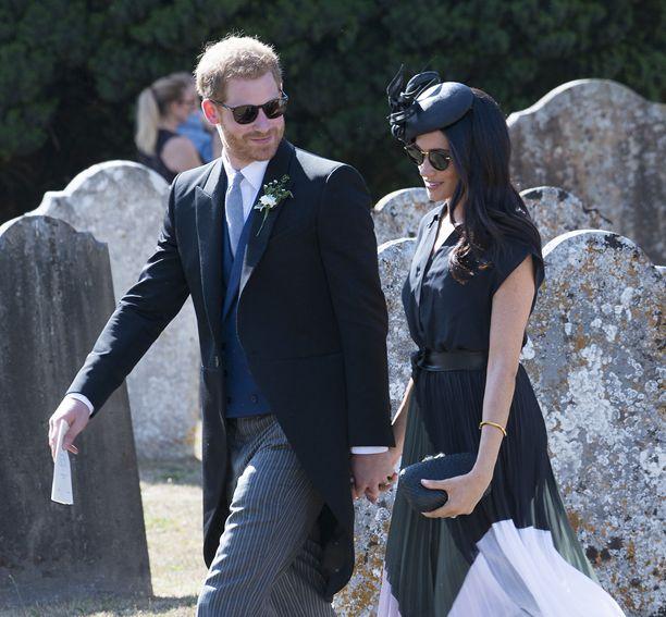 4. elokuuta Meghan ja Harry viettivät herttuattaren 37. syntymäpäivää osallistumalla ystäviensä häihin. Meghan oli valinnut ylleen pliseeratun midihameen vartalonmyötäisen kotelomekon sijaan, jollaisia hänellä yleensä on totuttu näkemään. Raskaudesta luultavasti tiedettiin jo tuolloin.