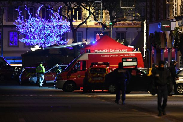 Pelastajat auttoivat haavoittuneita kaupungin keskustassa.