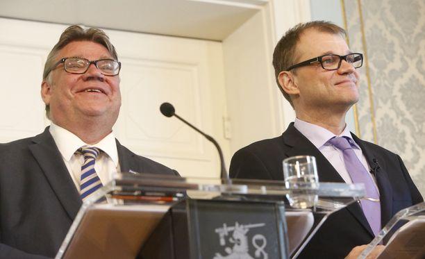 Timo Soini nousee ulkoministeriksi. Vierellä pääministeri Juha Sipilä (kesk).