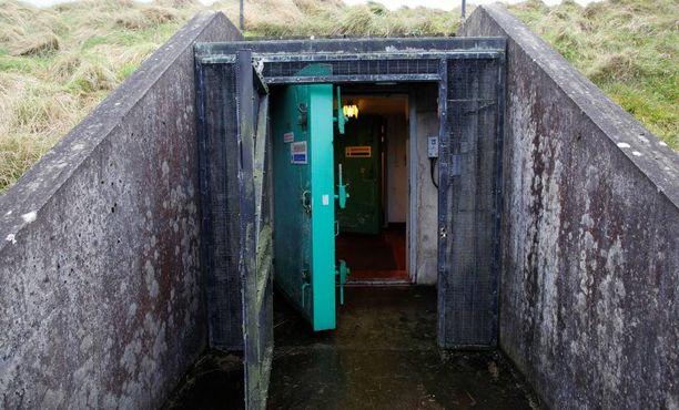 Bunkkerissa on kolme sisäänkäyntiä massiivisten ovien läpi.