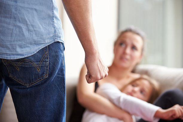 Aluksi äiti kertoi puolisonsa perustelleen kuritusta sillä, että hän (äiti) oli liian lepsu lapsia kohtaan. Kuvituskuva.