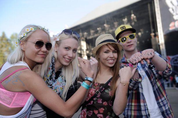 Voimanelikko Iida, Mia, Amanda ja Teemu odottavat Snow Patrolin keikkaa. Porukkaa listaa Provinssirockin yhdeksi parhaista suomalaisista festareista.