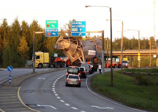 Haminan kaupunki halusi Miina Äkkijyrkän Woima-sonnista eroon. Kymenlaakson keskussairaalan lasten osaston tuki ry. olisi ottanut sen huutokauppojen vetonaulaksi 2006, mutta hanke kariutui Äkkijyrkän määräämän 100 000 euron lähtöhintaan. Woima jäi Äkkijyrkän omistukseen, mutta siirrettiin lopulta Aira Samulinin Hyrsylän mutkan pihalle Lohjan Saukkolaan. Sonnin kuljetus ruuhkautti ajoittain liikenteen.