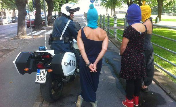 Poliisi otti mielenosoittajien henkilötiedot talteen, kun he olivat poistumassa Venäjän suurlähetystön edustalta.